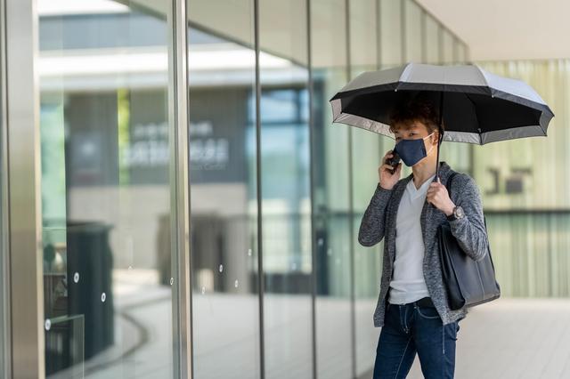 日傘を差す人