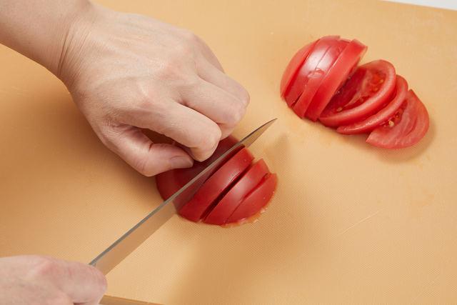 トマトをスライスする