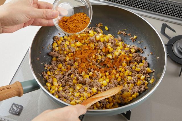 カレー粉を加えて炒める