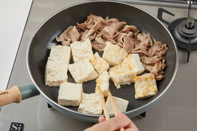 豚バラ肉と豆腐を焼く