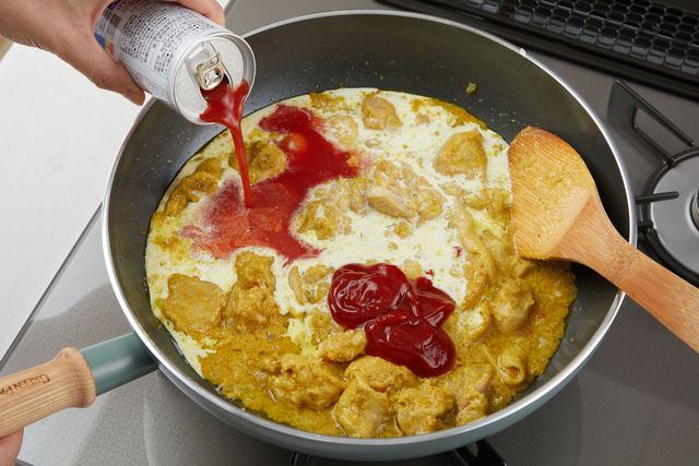 トマトケチャップ、生クリーム、トマトジュース、塩をくわえて混ぜる