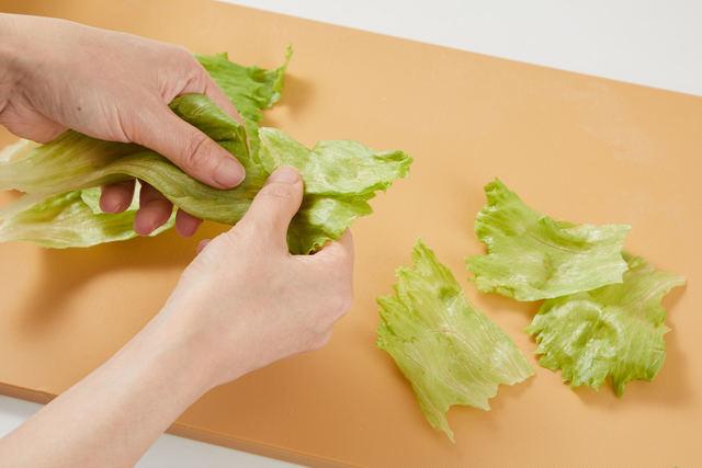 レタスは食べやすい大きさにちぎる