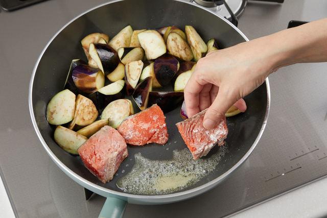 ナスと甘塩鮭を焼く