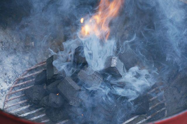 板状・固形型着火剤を使って火をおこす