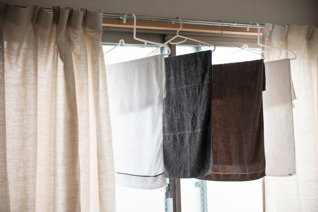 カーテンレールに洗濯物を干す