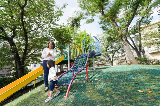 公園にいる親子