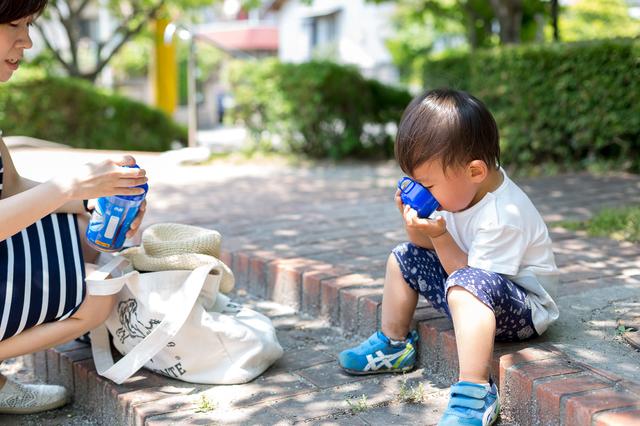 水分補給する子ども