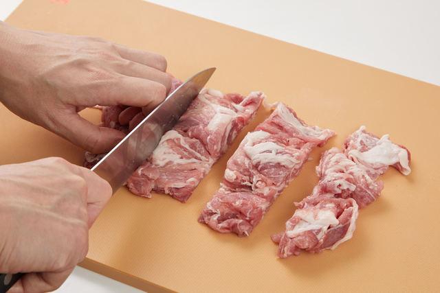 豚モモ肉をひと口大に切る
