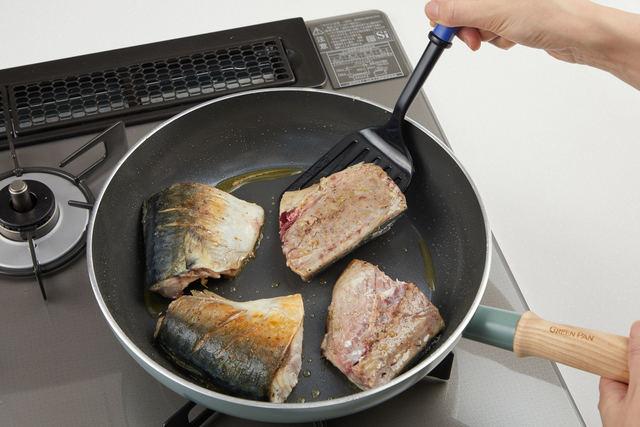 フライパンにオリーブ油を入れ、両面を焼く