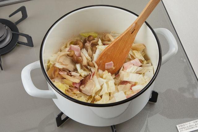 具材を鍋で炒める