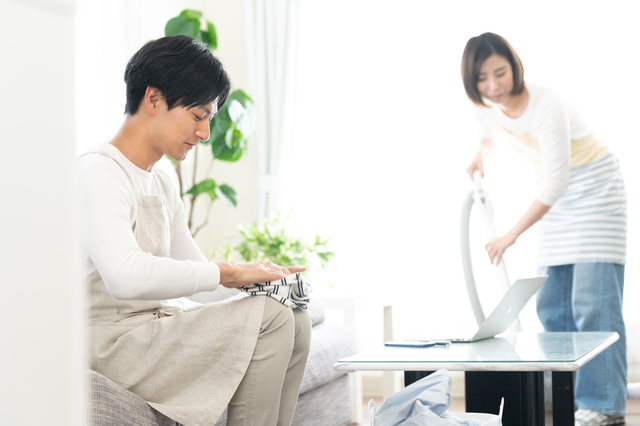 家事をする夫婦
