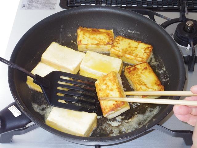 フライパンにバターを入れて焼く