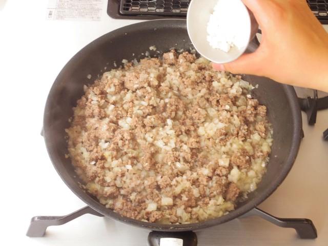 小麦粉をふり入れてさらに炒める