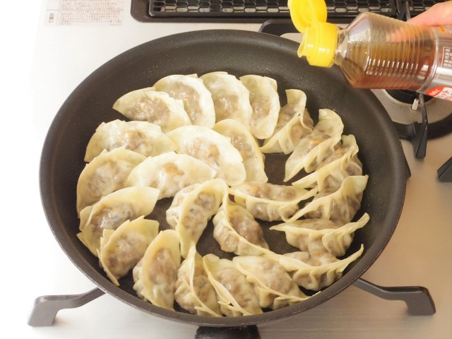 ごま油を鍋肌から回し入れる