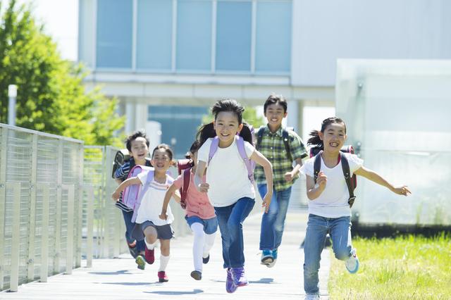 走る子どもたち