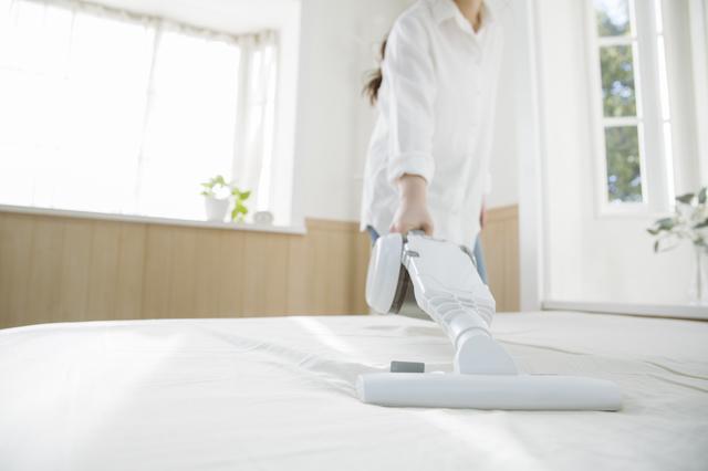 ベッドに掃除機をかける