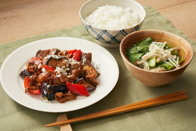 「豚肉とナスのみそ炒め」と「小松菜とエノキのお吸い物」