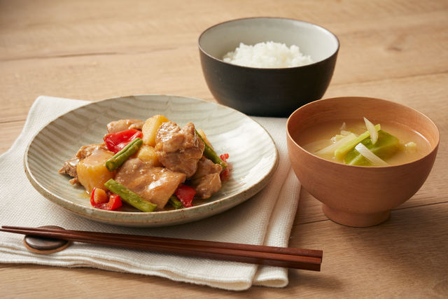 「鶏肉と長芋のさっぱり煮」と「キャベツとタマネギの味噌汁」