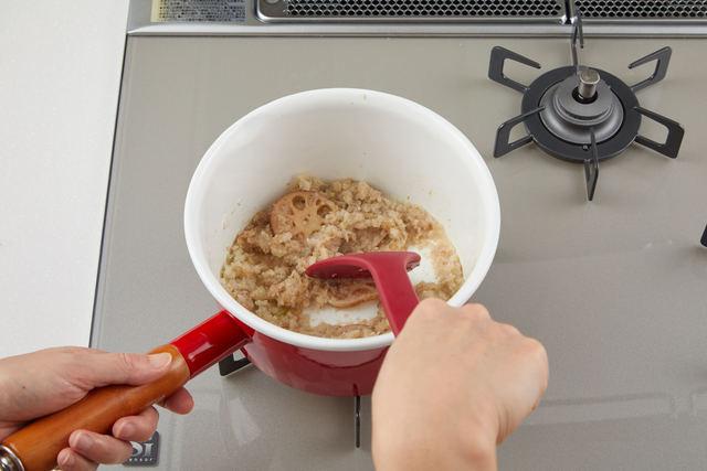 鍋でレンコン・タマネギ・ショウガを炒める