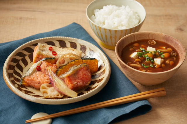 「秋鮭と野菜の南蛮漬け」と「なめこと豆腐の赤だし味噌汁」