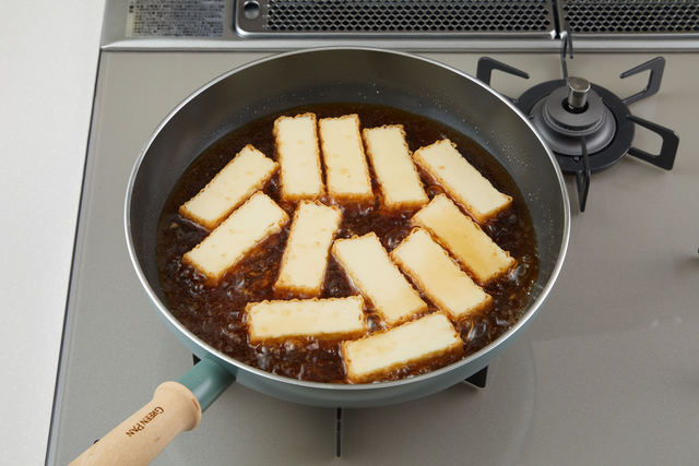 フライパンで厚揚げを煮る