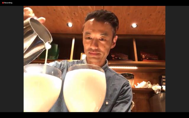 フォームミルクを注ぐ岡田さん