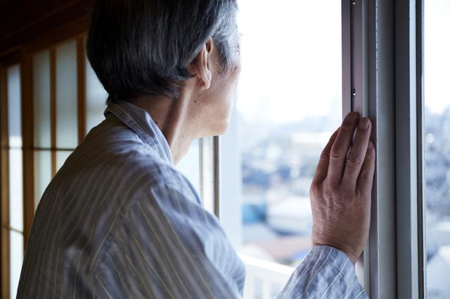 窓の外を見つめる人
