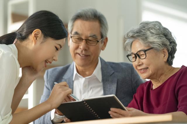 ノートを見る祖父母と孫