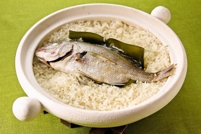 「土鍋で鯛飯」