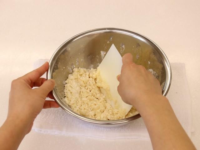 ホットケーキミックスにサラダ油を加えて混ぜる