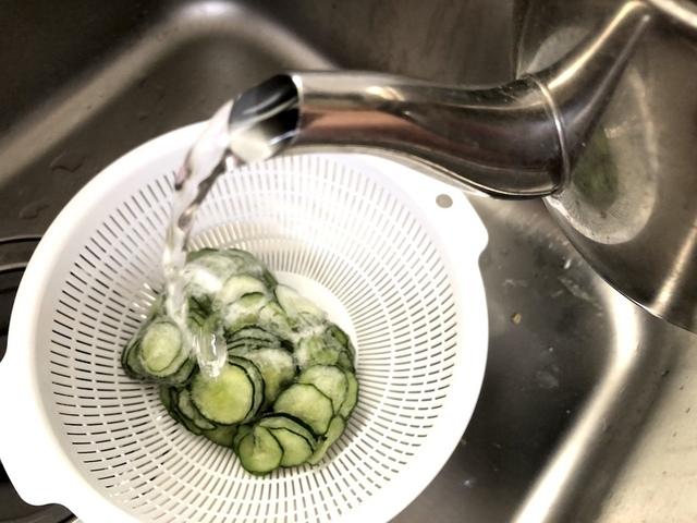 きゅうりに熱湯をかける