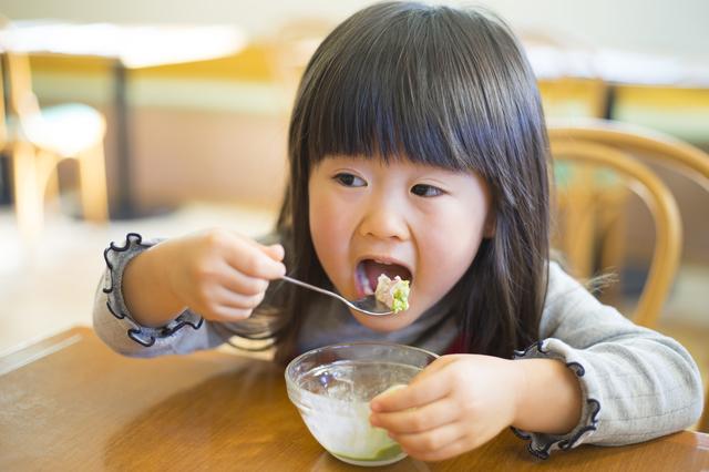 アイスクリームを食べる子ども
