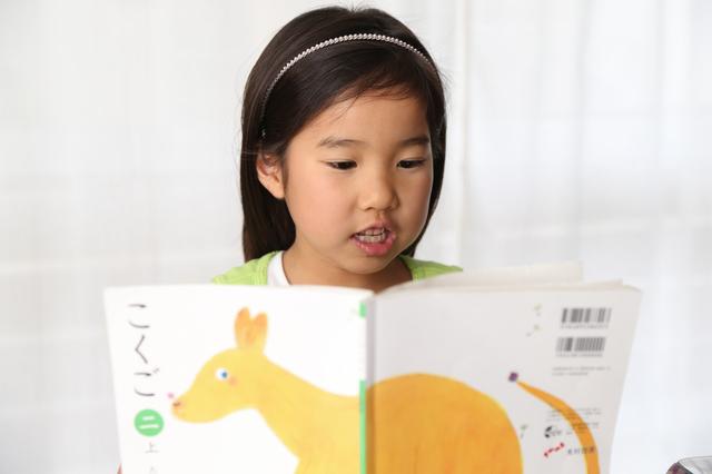 教科書を音読する子ども