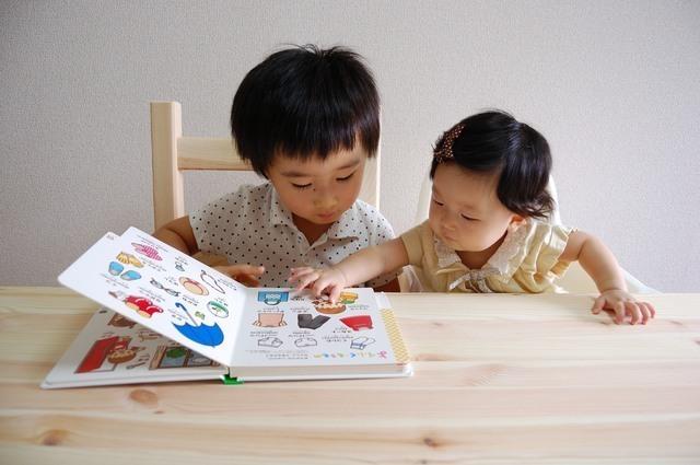 絵本を見る子どもたち