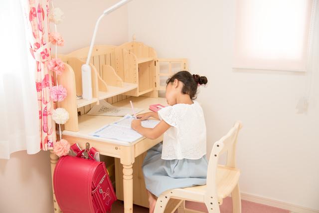 子ども部屋で勉強する子ども