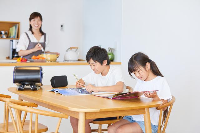 リビングで勉強する子ども達