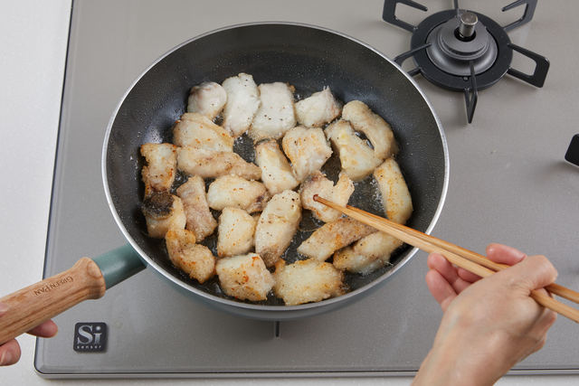 フライパンで表面がこんがりするまで揚げる
