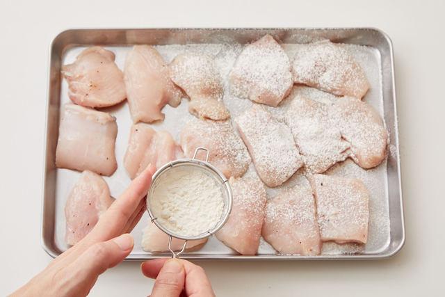 鶏肉に小麦粉をまぶす