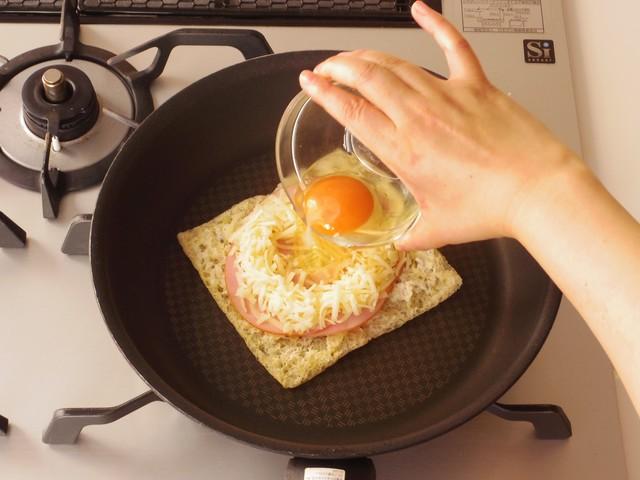 ハム・ピザ用チーズで囲いをつくって卵を割り入れる