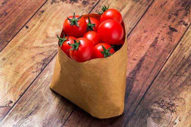 紙袋に入れたミニトマト