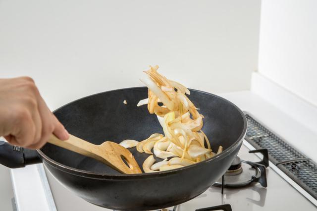 フライパンで調理する