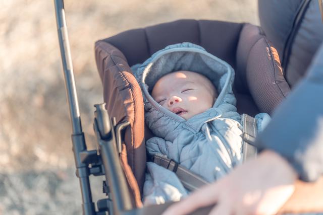 ベビーカーで眠る赤ちゃん