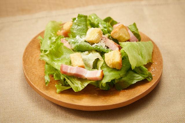 レタスとグリルベーコンのシンプルサラダ