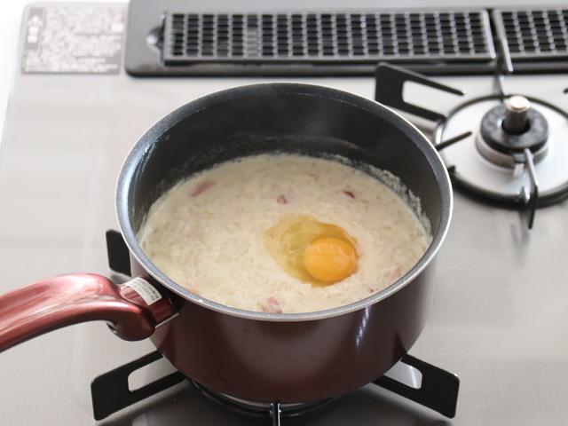 卵を割り入れる