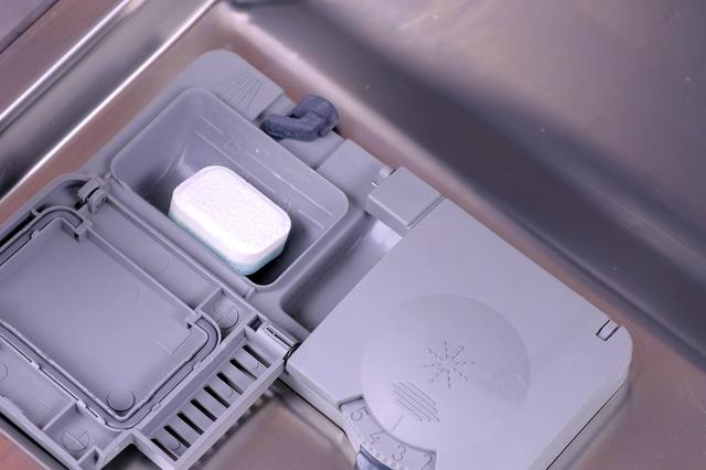 食洗機に洗剤を入れる
