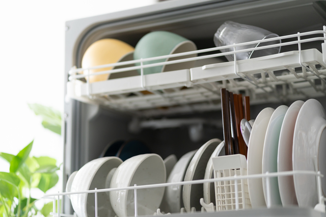 食洗機に食器を入れる