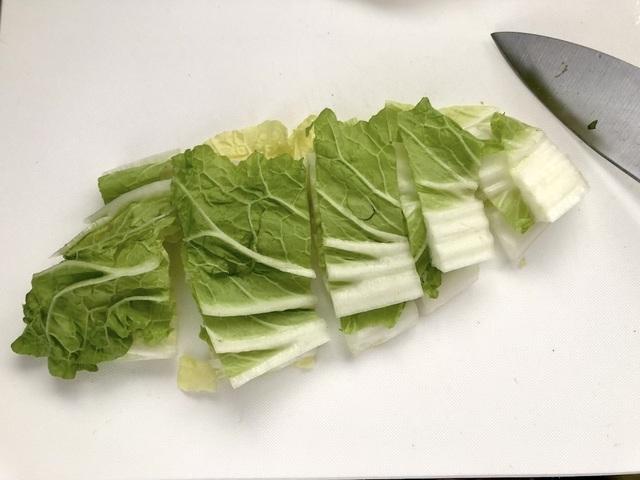 白菜をざく切りにする