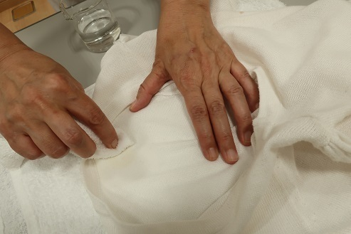水で固く絞ったタオルで上から叩く
