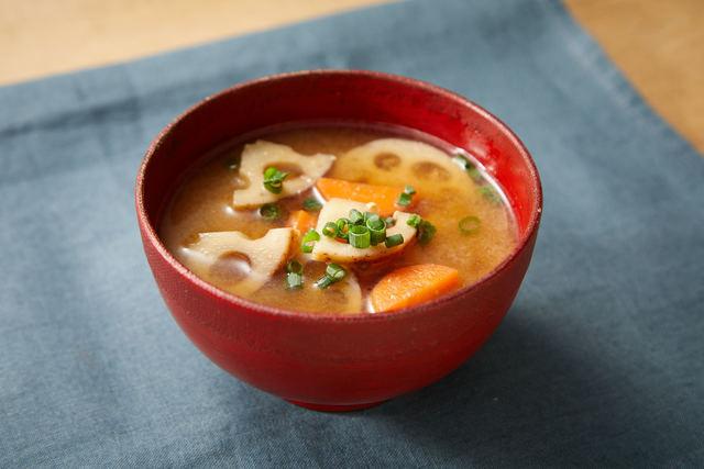 レンコンとにんじんの味噌汁