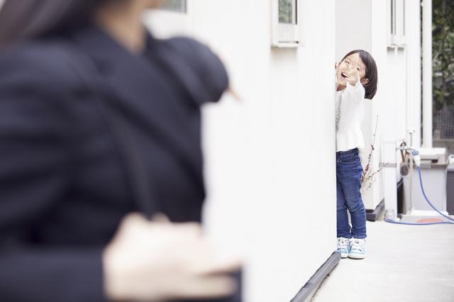 離れたところから声をかける子ども